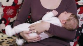 Bebê de balanço vídeos de arquivo