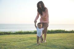 Bebê de ensino da matriz a andar imagem de stock royalty free
