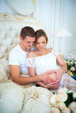 Bebê de espera da família grávida feliz imagem de stock royalty free