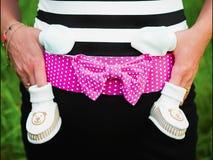 Bebê de espera, roupa do bebê para um recém-nascido imagem de stock