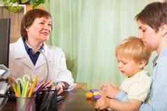 Bebê de exame do doutor Fotografia de Stock