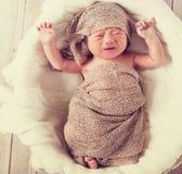 Bebê de grito em uma cesta Foto de Stock Royalty Free