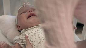 Bebê de grito na cama Imagem de Stock Royalty Free