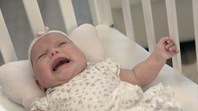 Bebê de grito na cama Imagens de Stock