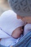 Bebê de grito nos braços da sua mãe Imagens de Stock Royalty Free