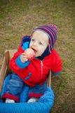 Bebê de olhos azuis, com maçã, outono season.8months Imagens de Stock