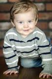 Bebê de rastejamento feliz Fotos de Stock Royalty Free