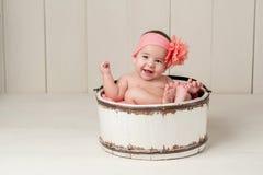 Bebê de riso na cubeta de madeira imagens de stock royalty free