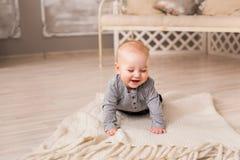 Bebê de riso que encontra-se na barriga em casa Fotos de Stock