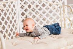 Bebê de riso que encontra-se na barriga em casa Imagens de Stock Royalty Free