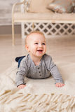 Bebê de riso que encontra-se na barriga em casa Fotos de Stock Royalty Free
