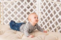 Bebê de riso que encontra-se na barriga em casa Foto de Stock Royalty Free