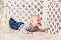 Bebê de riso que encontra-se na barriga em casa Imagem de Stock Royalty Free