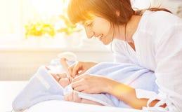 Bebê de secagem da mãe ao banho Imagem de Stock