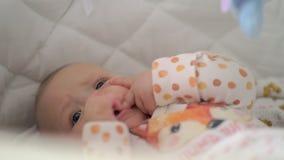 Bebê de seis meses com os dedos na boca vídeos de arquivo
