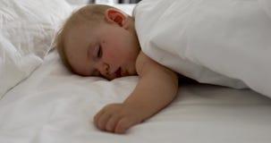 Bebê de sono adorável na cama branca filme