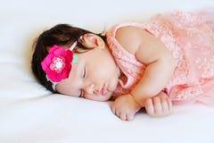 Bebê de sono bonito do close-up Recém-nascido, adormecido em uma cobertura o retrato de, envelhece 2 meses vestir grande imagem de stock