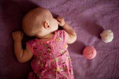 Bebê de sono com as bolas do fio Foto de Stock Royalty Free