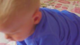 Bebê de sono e dinheiro de queda Riqueza inesperada do conceito video estoque