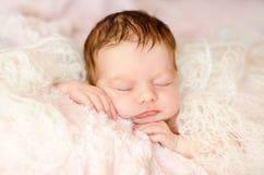 Bebê de sono recém-nascido fotografia de stock