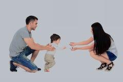 Bebê de sorriso bonito que aprende andar Foto de Stock