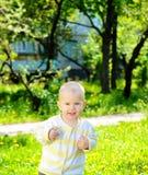Bebê de sorriso da criança no fundo da grama foto de stock royalty free