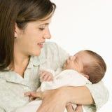 Bebê de sorriso da terra arrendada da matriz. imagens de stock