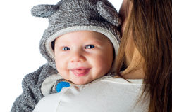 Bebê de sorriso feliz em ombros das mães imagem de stock