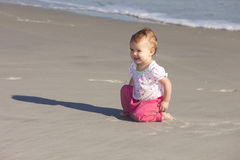 Bebê de sorriso na praia Imagens de Stock Royalty Free