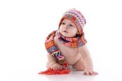 Bebê de sorriso no chapéu e no lenço feitos malha Imagem de Stock Royalty Free