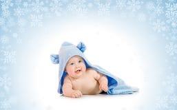 Bebê de sorriso pequeno com em fundo nevado Fotos de Stock Royalty Free