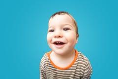 Bebê de sorriso pequeno com os olhos marrons grandes Imagens de Stock