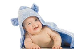 Bebê de sorriso pequeno com uma toalha imagens de stock