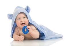 Bebê de sorriso pequeno com uma toalha fotos de stock