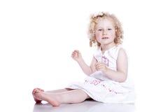 Bebê de sorriso pequeno no vestido branco Foto de Stock Royalty Free