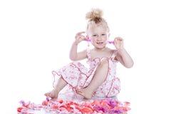 Bebê de sorriso pequeno no vestido cor-de-rosa Fotografia de Stock