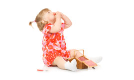 Bebê de sorriso pequeno no vestido vermelho com cesta do brinquedo Imagem de Stock Royalty Free