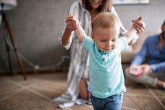 Bebê de sorriso que aprende andar em casa foto de stock royalty free