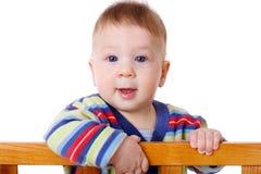 Bebê de sorriso que está na cama imagem de stock