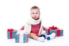 Bebê de sorriso que senta-se no padre em um fundo branco em um st Foto de Stock