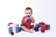 Bebê de sorriso que senta-se no padre em um fundo branco em um st Imagens de Stock Royalty Free