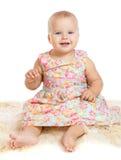 Bebê de sorriso que senta-se no tapete peludo imagem de stock royalty free