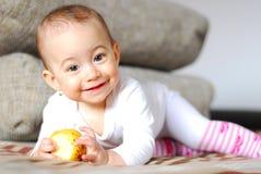 Bebê de sorriso saudável com a maçã nas mãos Foto de Stock Royalty Free