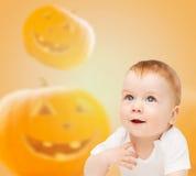 Bebê de sorriso sobre o fundo das abóboras Imagem de Stock Royalty Free