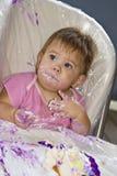 Bebê desarrumado com bolo Fotos de Stock