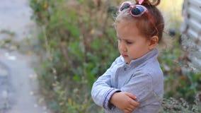Bebê descontentado triste A criança foi ofendida filme