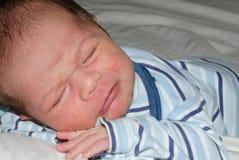 Bebê distorcido que tenta cair adormecido, gritando, expresion triste da cara fotografia de stock