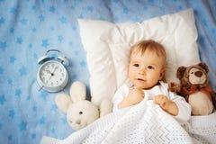 Bebê do bebê de um ano com despertador fotos de stock