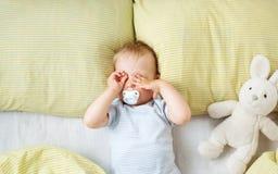 Bebê do bebê de um ano na cama imagem de stock