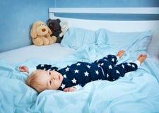 Bebê do bebê de um ano na cama foto de stock